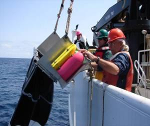 NOAA TAS Scott Donnelly (green helmet)  retrieving a Manta net