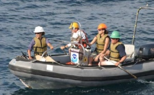 Researchers position themselves to rejoin the main ship.