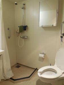 Oscar Dyson Stateroom Bath