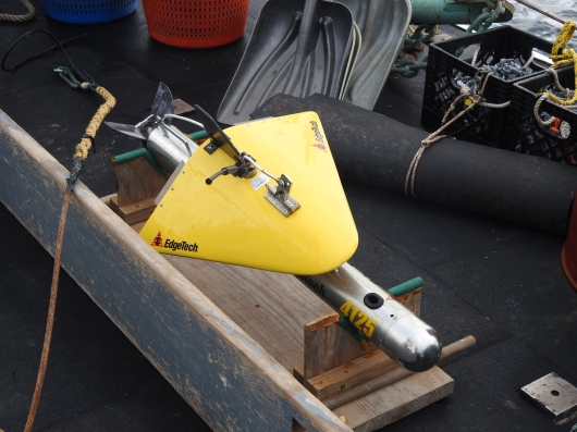 Side scan sonar device